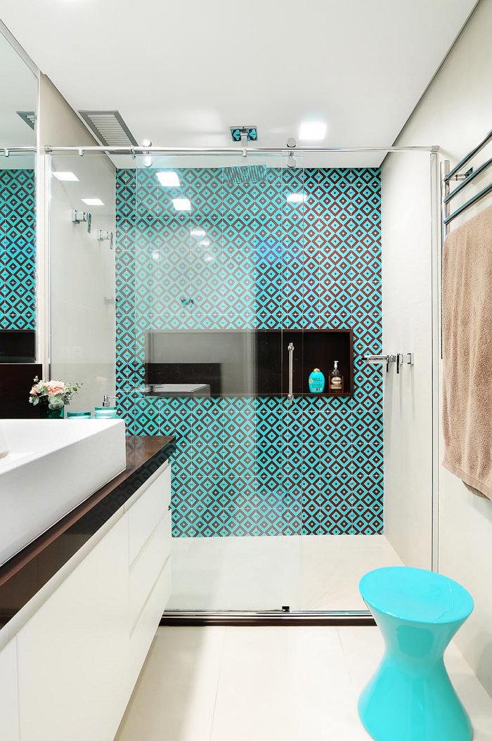 современная ванная с бирюзовым орнаментом