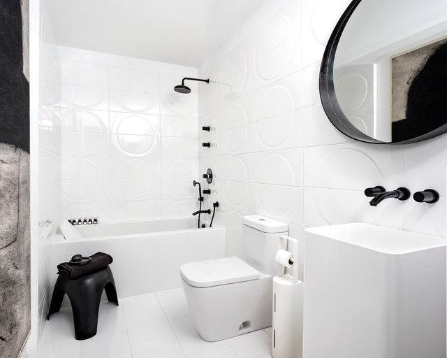 Белоснежная комната с черной сантехникой