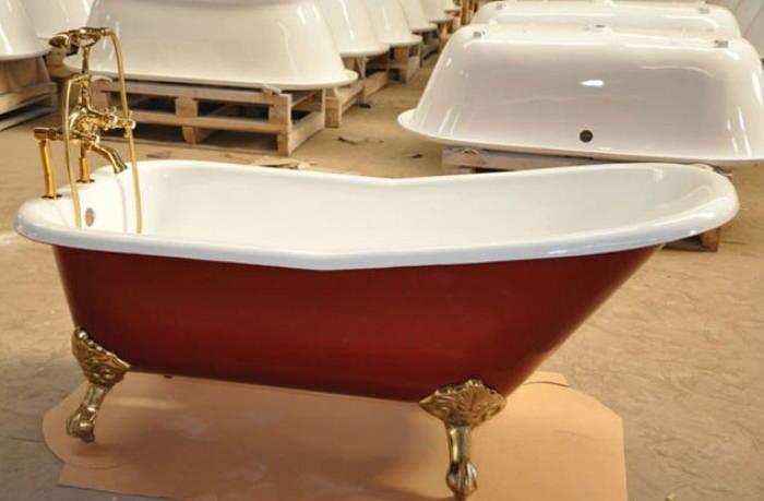 Красная чугунная ванна на ножках