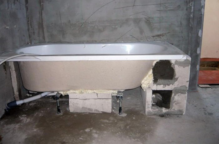 Установка ванны на самодельный каркас и кирпичи