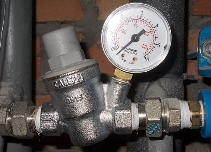 Регулятор напора воды в трубопроводе