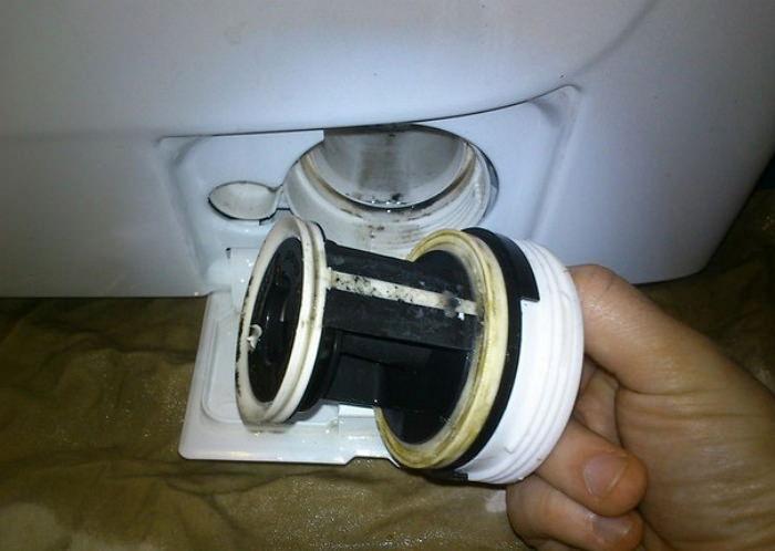 Грязный фильтр - причина тухлого запаха из стиралки