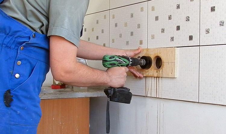 Сверление плитки на стене под розетку